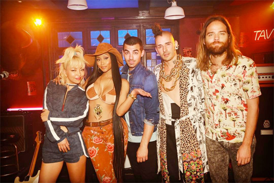 DNCE Reveal Nicki Minaj Did Her Kissing Strangers Verse In Just 5 Minutes