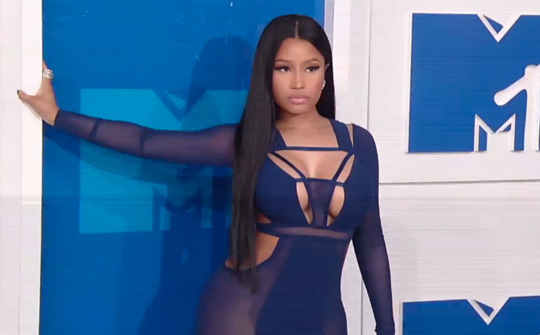 Nicki Minaj Arrives & Poses On The Red Carpet At The 2016 MTV VMAs In New York City
