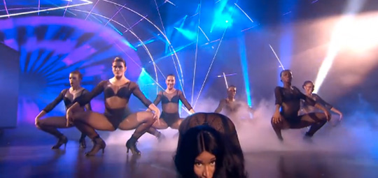 Nicki Minaj Debuts New Song Bed Of Lies With Skylar Grey At The 2014 MTV EMAs